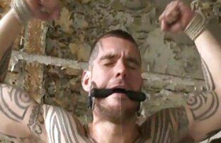 سمراء في الجوارب الملاعين نفسها مع اثنين من قضبان اصطناعية على شرفة لقطات جنسية من افلام اجنبية