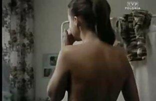 الفراخ عناق فيديوهات جنسية اجنبية بعضها البعض على الأريكة البيضاء الكبيرة