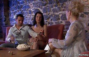 امرأة في زي حورية البحر للرجال مع شريك على افلام اجنبي جنسية السرير