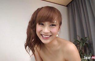 فتاة شابة وجميلة يظهر لها شكل الجسم ، مثير في مقاطع اجنبية جنسية الغرفة