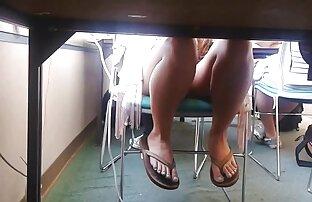 شقراء في افلام اجنبية مترجمة جنسية تي شيرت أحمر و الحمار العملاقة في النفط مع شخص على الأريكة, رمادي