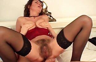 مجعد الشعر سيدة يتكبر نحيلة الساقين في مقاطع اجنبية جنسية جوارب طويلة