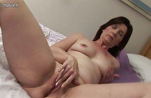 فتاة مع كبير العينين افلام اجنبية رومانسية جنسية الثدي والساقين أمام الكاميرا